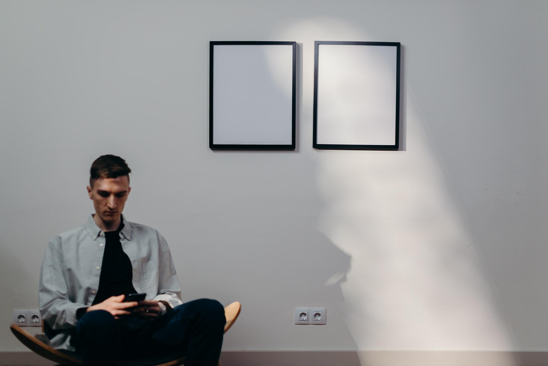 mand sidder i stol