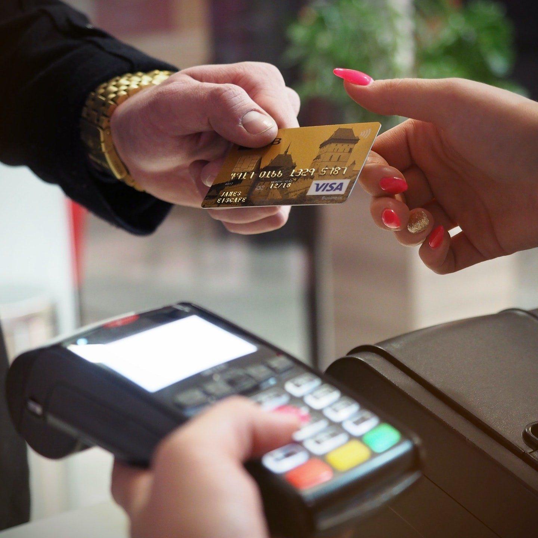 hånd der giver kreditkort