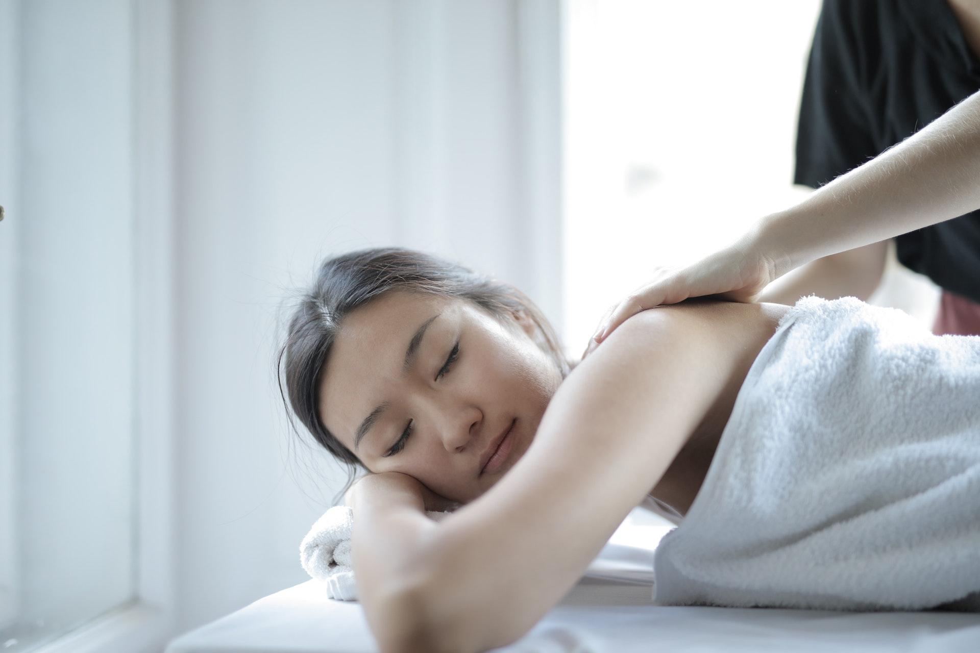 kvinde får massage